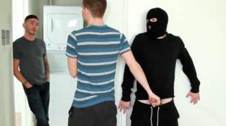 Discute con su chico y acaba follando con un ladrón a sus espaldas