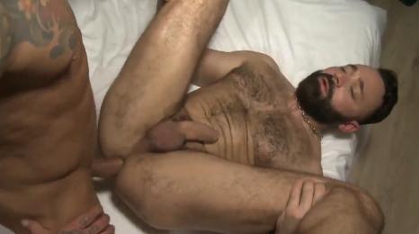El maduro se corrió en su culo