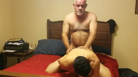 Viejo se folla a un amigo de su hijo