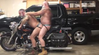 Viejos moteros tienen sexo sobre su moto