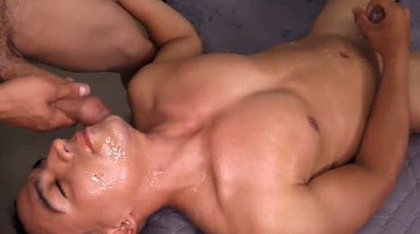 Apasionados chicos latinos disfrutando del sexo