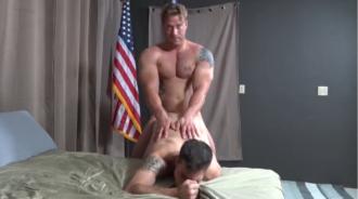 El hombre de acero rompiendo el culo de su compañero