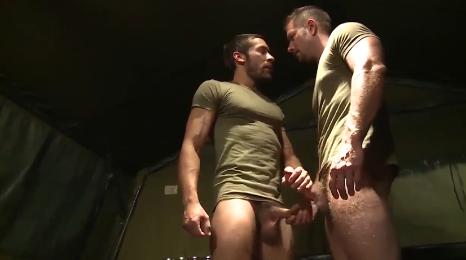 Militares aprovechan que están solos para follar