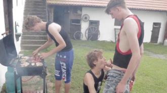 Quedaron para hacer una barbacoa y acabaron follando a pelo