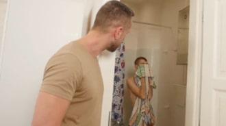 Observa a su hijo ducharse porque quería follárselo